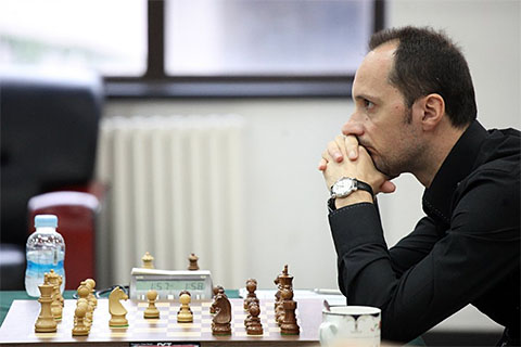 http://www.chessbase.com/Portals/4/files/news/2013/beijing/topalov1001.jpg