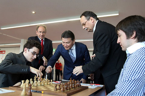 Ilyumzhinov realizando el saque de honor