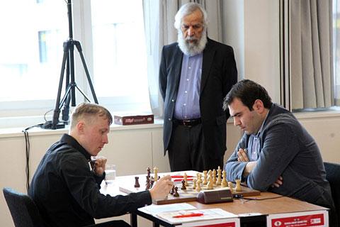 Ponomariov, Mamedyarov y Lakhdar Mazouz está mirando la partida