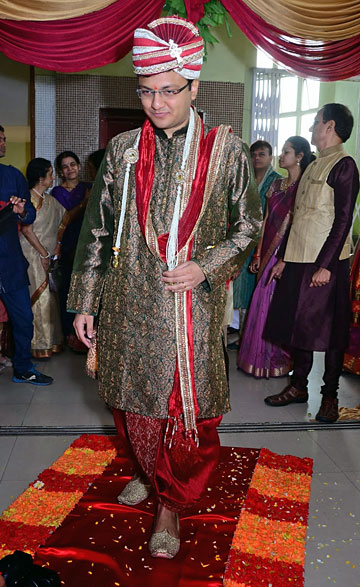 The Bridegroom Me Came Well Prepared For This Game Turban On Head Is Usually Worn By Kings And Hence Gives A Royal Look To Groom