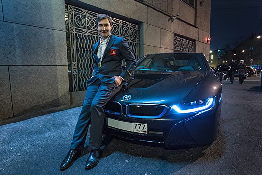Sergey Karjakin posando con un coche BMW