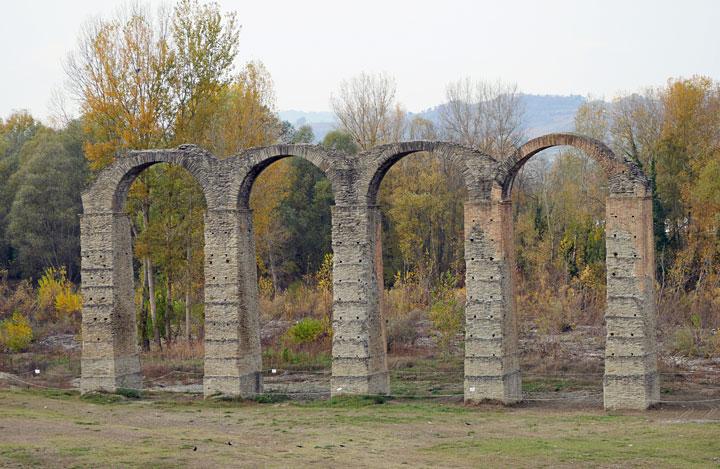 Los restos de un aqueducto romano | Foto: Helen Milligan