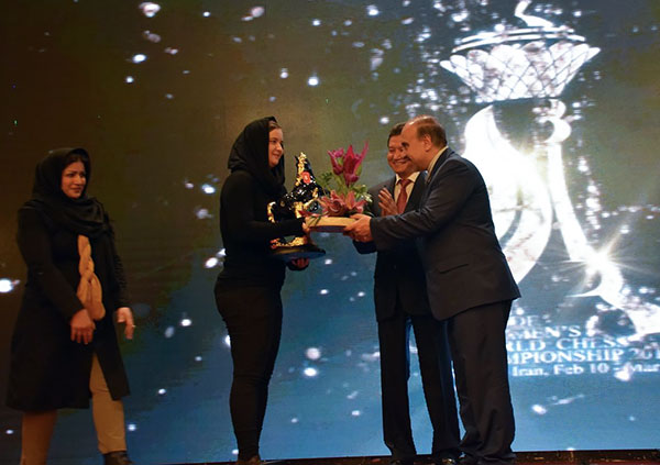 WGM Sabina Foisor receives tributes, the statue of a knight (horse) and flowers, from Iran's Minister of sport and youth affair, Masoud Soltanifar, and president of FIDE Kirsan Ilyumzhinov. Photo by Reza Mahdipour