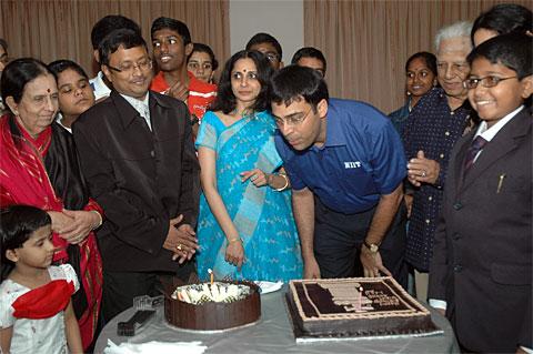 جشن تولد 39 سالگی آناند(متولد 11 دسامبر 1969)