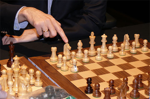 Both players decide on a particular set. Photo © Frederic Friedel, ChessBase.