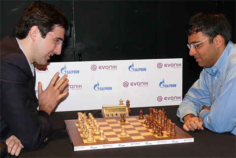 Both players play and mock game 1.g4!? b5!? 1/2-1/2. Photo © Frederic Friedel, ChessBase.