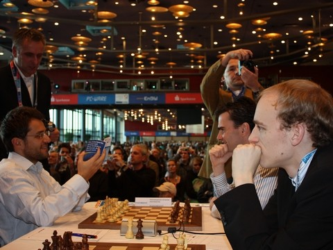 Lev Aronian checking the report before his game with Loek van Wely. Photo by ChessBase.