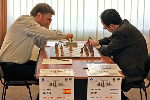 Début de la cinquième ronde entre Alexei Shirov et Boris Gelfand ©  site officiel