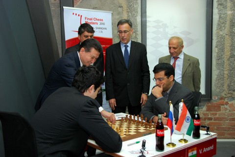 FIDE President Kirsan Ilyumzhinov makes the ceremonial first-move. Photo by  Nadja Wittmann.