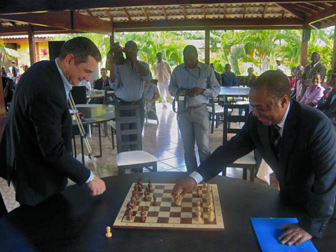 Ceremonial game between top-seed GM Viktor Bologan and The game between Dr. Jaime Aguinaldo, President of Angolan Chess Federation. Photo by Alina L'Ami.