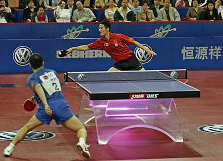 Мужчины играют в пинг понг
