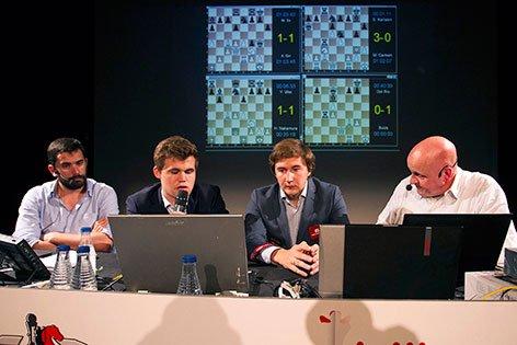 Magnus Carlsen y Sergey Karjakin comentando su partida jugada en Bilbao 2016
