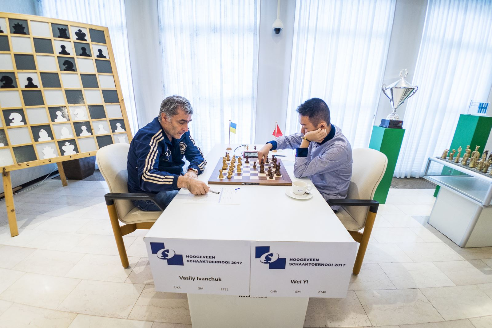 Vassily Ivanchuk and Wei Yi playing their fifth round game