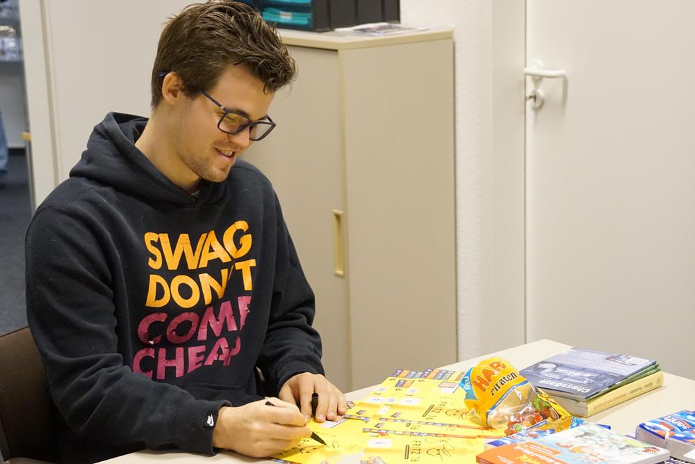 Magnus signing Fritz 16