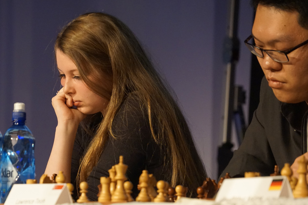 Quirine Naber (Netherlands) and Lawrence Teoh (Singapore) during the simul | Photo: Nadja Wittmann
