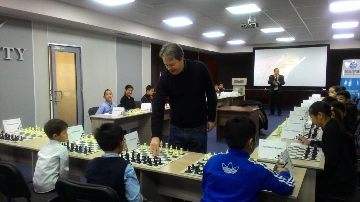 Short playing a simul with the kids