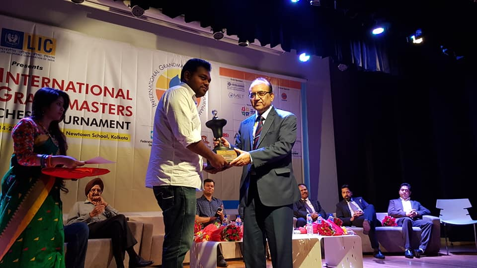 Deepan Chakkravarthy receiving his prize at the Kolkata International GM Open