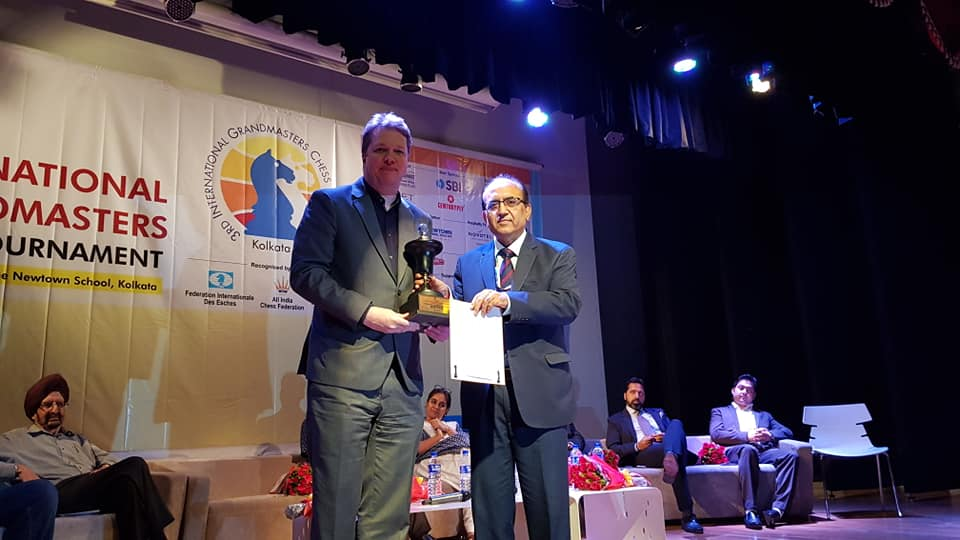 Nigel Short receiving his prize at the closing ceremony of the Kolkata International GM Open