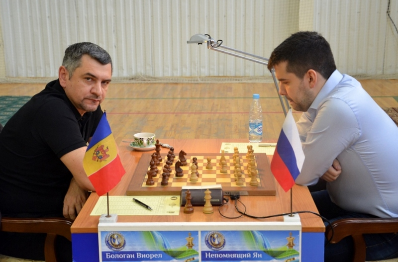 Victor Bologan and Ian Nepomniachtchi during their sixth round game at the Karpov Poikovsky International