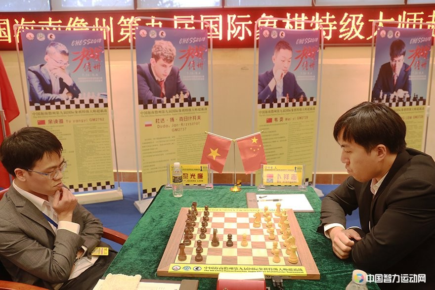 Bu XIangzhi and Le Quang Liem during their third round game at the Danzhou Masters