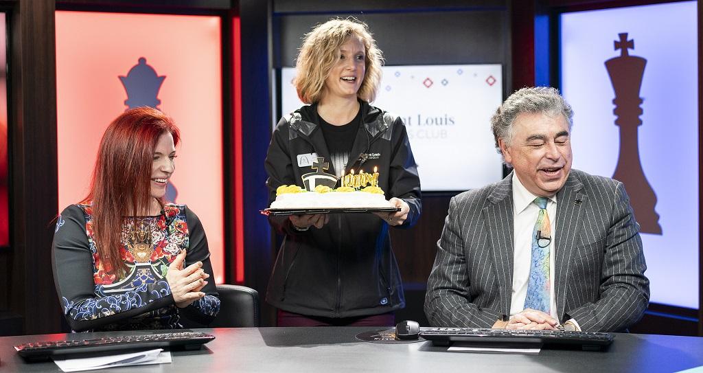 Yasser Seirawan festejó su 59 cumpleaños ayer y le sorprendieron con una tarta | Foto: Lennart Ootes / Saint Louis Chess Club