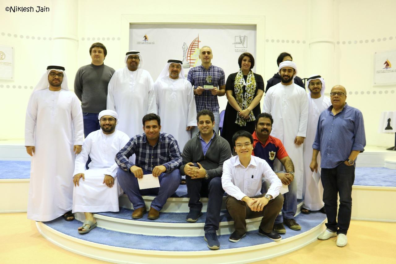 Los ganadores del torneo de ajedrez relámpago con los organizadores   Foto: Niklesh Jain