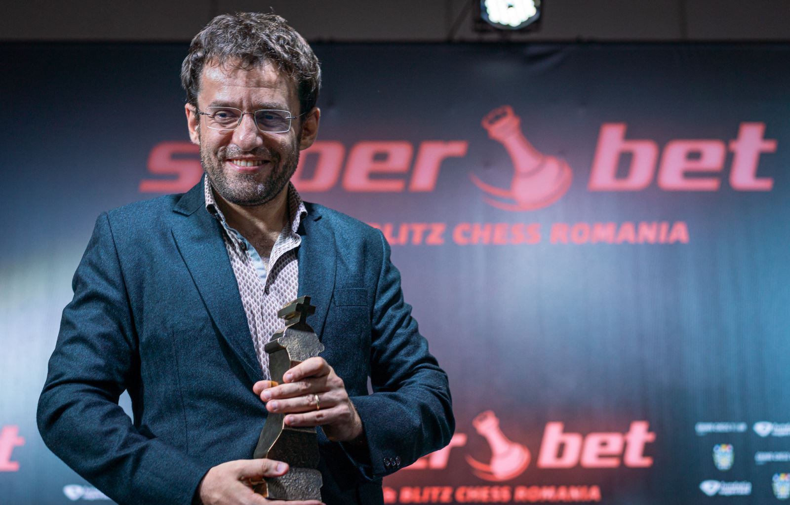 Aronian with trophy